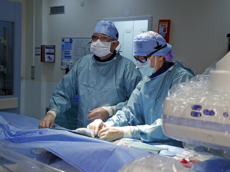 Kinderinterventiecardiologen Thomas Krasemann (l) en Ingrid van Beynum aan het werk.