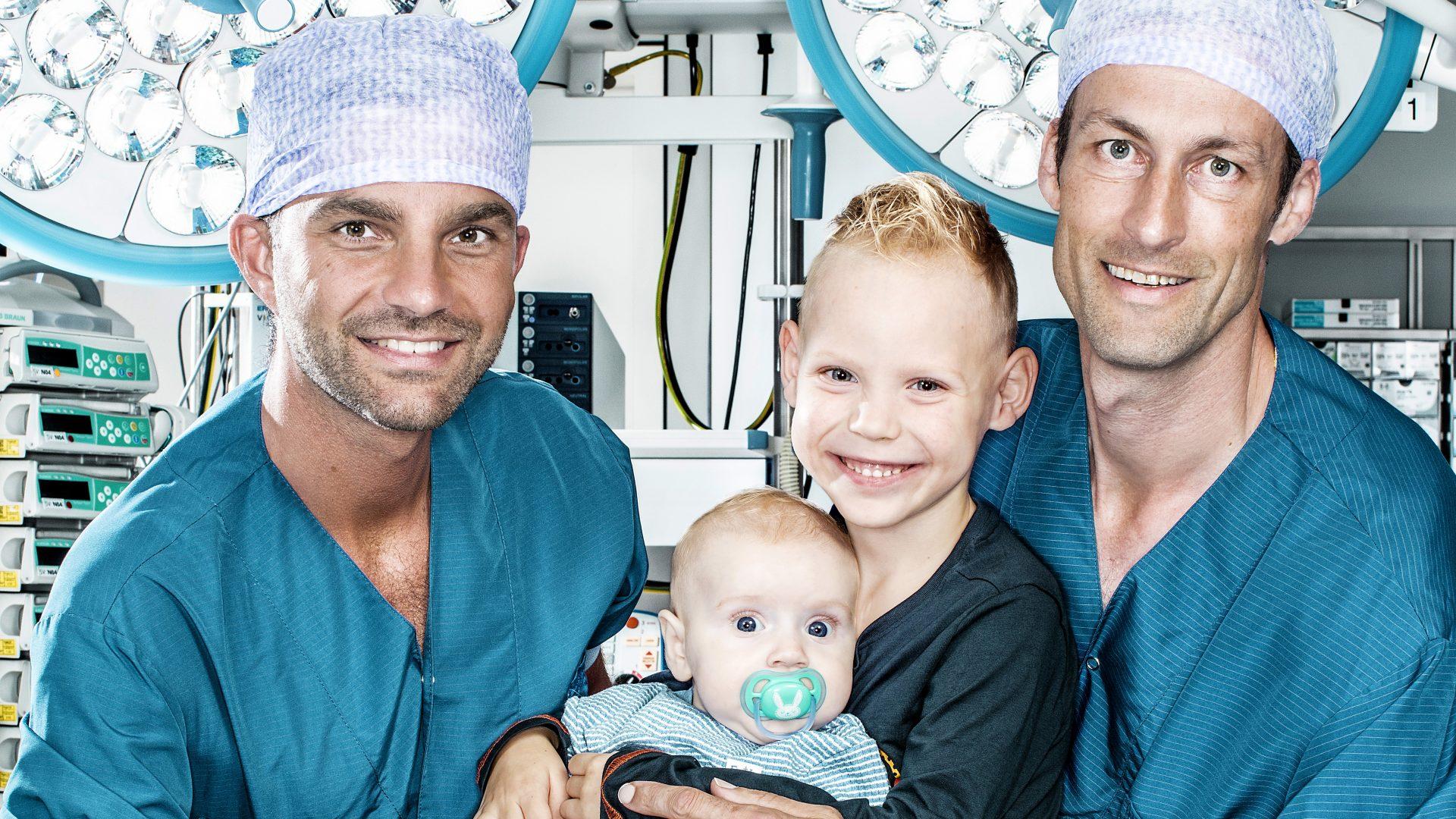 Broertjes Daan en Lev met kinderhartchirurgen Wouter van Leeuwen en Pieter van de Woestijne