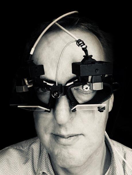 Johan Pel met infrarood videobril op